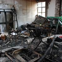 中间一间烧得最惨烈,看得出来这里曾堆放了许多画作,还有生活的痕迹,单人床、沙发、茶具、画框、画架等等。