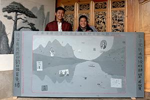 """刘传宏:《全家福》,因为主人家说要让壁画世代保留下去,艺术家于是把这幅《全家福》改绘制木板上,主人家为此画还专门定做了一个十字绣牌匾""""家和万事兴"""",2008"""