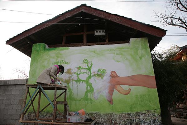 """(图22)汤艺:""""壁画项目"""" 和成光的家人不接受壁画,反对情绪日益加深,艺术家汤艺做出让步,改画一棵摇钱树,2008"""