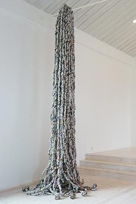 薛滔,《意料之外的事情》,材料:报纸,尺寸可变,2015